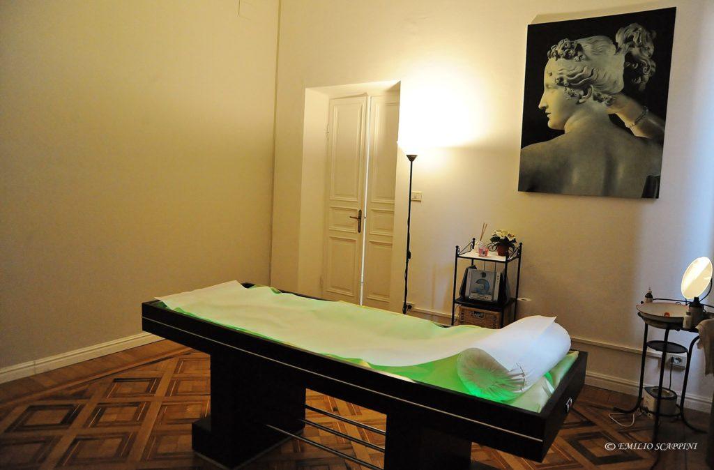 Sala massaggi con lettino ad acqua e cromoterapia