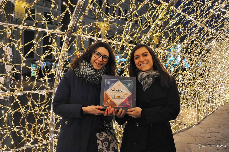 Valeria Guaragno e Paola Barisone sotto il tunnel di luci